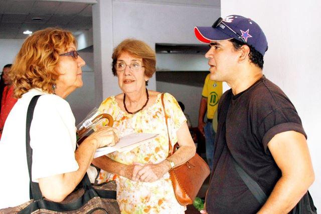 Nilda Rodríguez (al centro) dialoga con la periodista y un miembro del equipo de Tras la Huella.